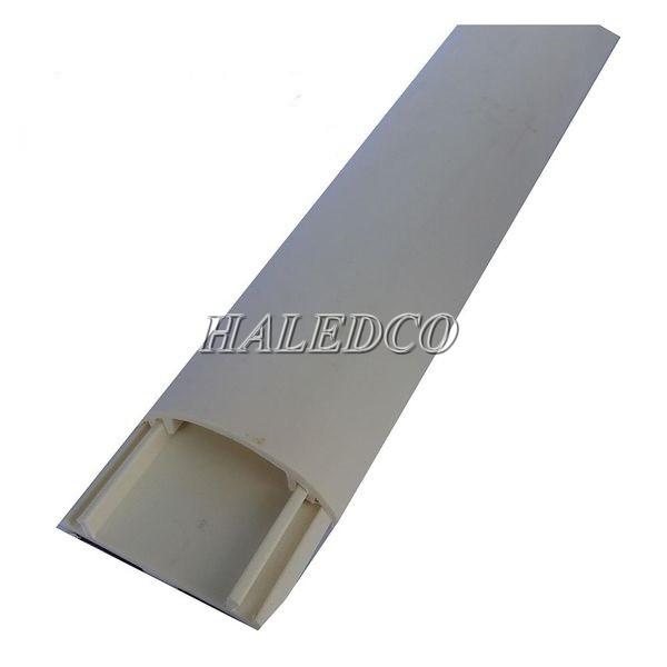 Sử dụng ống ghen để cố định vị trí đèn led dây