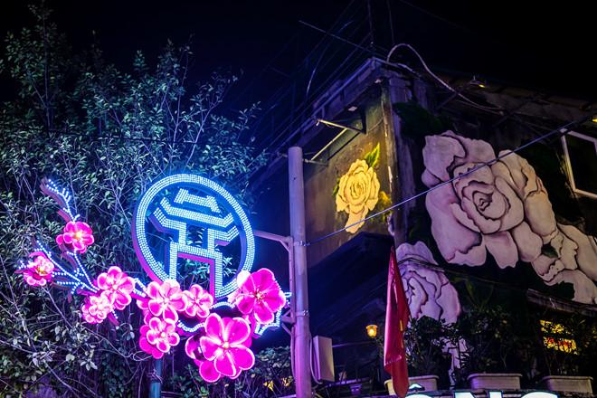 Trang trí đường phốbằng đèn led gắn hoa